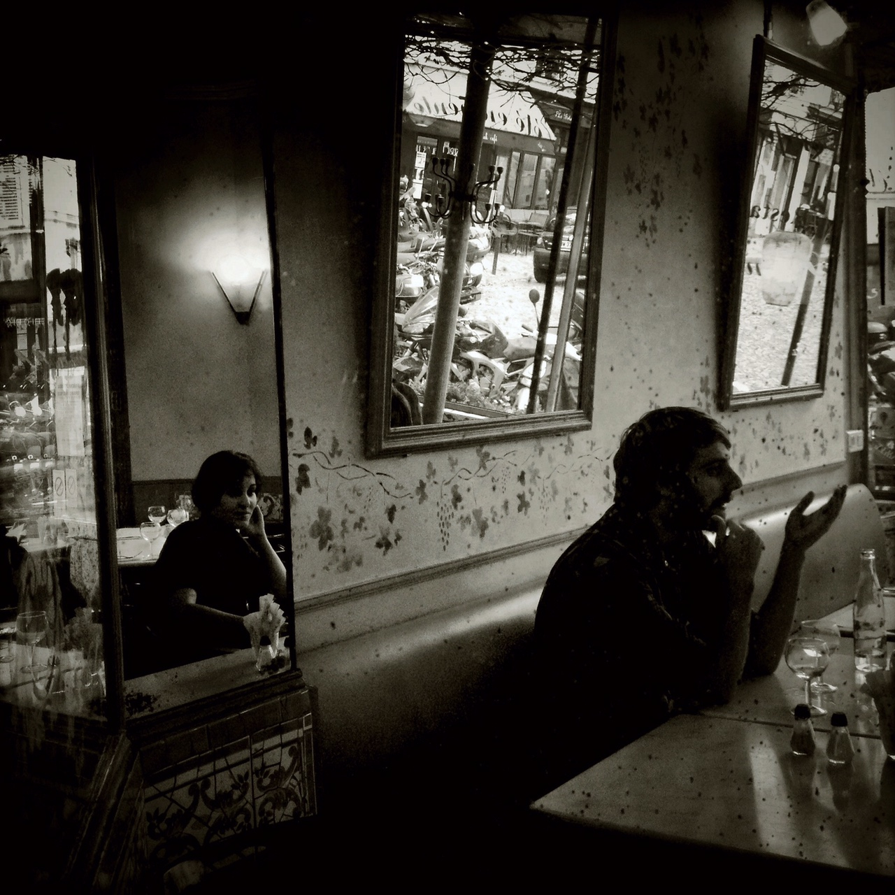 Mobile photography capiblities in a café setting. © Nettie Edwards